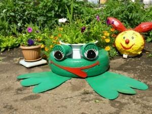 лягушонок на детской площадке
