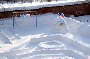 фигуры из снега на детской площадке