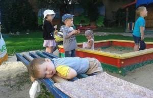 В садик привели , а разбудить забыли ...