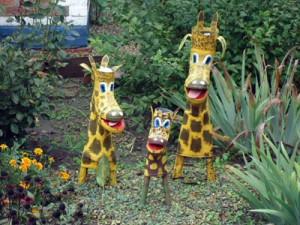 симпатичные жирафы сделаны из старых сапог